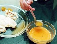 電子レンジで作った蒸し鶏の汁をゴマダレに加えると、うまみがぐっと増す