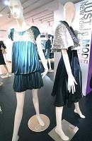 ワンピース(左)は腰元にゆとりを持たせ、ショートジャケットの袖口は大きく広がる(シブヤ西武で)
