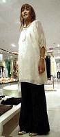 シルエットがゆったりしたブラウスに幅広のパンツを合わせ、流行を楽しむ(シブヤ西武で)=高橋直彦撮影
