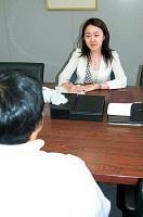 弁護士の菅谷貴子さんは企業や個人のセクハラ相談も受けており、「女性が訴えられるケースが増えてくる」と話す(東京・赤坂の「山田・尾法律事務所」で)