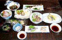 新鮮なイワシをふんだんに使ったフルコース。刺し身から焼き物、揚げ物、煮物など様々。ヘルシーな魚だけに人気も高まっている
