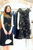 プリーツのドレス(左)はサテンのベルトを巻いても、おしゃれだ(日本橋三越本店で)=内田淑子撮影