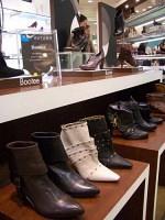 様々なタイプのブーティが並ぶ婦人靴売り場(銀座三越で)