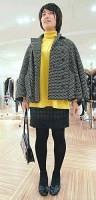 黄色いセーターにシックな色を合わせ洗練された雰囲気(シブヤ西武で)