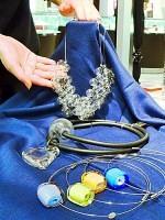 丸やハートなど、シンプルなデザインが好評のベネチアンガラスのペンダント(シブヤ西武で)
