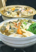 香りが食欲をそそる「カレーちゃんこ鍋」(手前)と「石狩カレー鍋」=米山要撮影