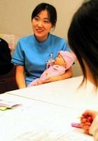SBS予防プログラムでは、赤ちゃんの人形を使いながら、泣きやまないときの対処の仕方について話し合う(神奈川県伊勢原市の東海大病院で)=竹之内知宣撮影