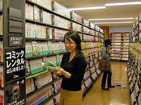 「マンガ世代なので、手軽にマンガを読めるのはうれしい」と、コミックレンタルは女性たちに好評のようだ(TSUTAYA馬事公苑店で)=板東玲子撮影