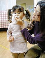 突元正子さんがあてがったティッシュで上手に鼻をかめた長女の優花ちゃん。すっきりしたね(東京都杉並区で)=小坂佳子撮影