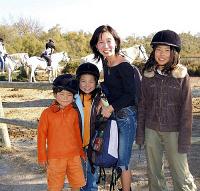 乗馬を楽しむ祐天寺さん一家。祐天寺さんは5年前、エッセー集「フランスだったら産めると思った」を出版したこともある(南フランスのカマルグ自然公園で)