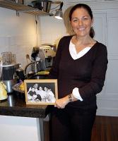 家族の写真を見せるコンスタンス・ド・ルースさん。「ママの日」の金曜日は、子どもの学校へのお迎えまでの時間を自宅で過ごす(パリで)