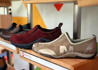 メレルの「バラッドレザー」(右端)。その隣が「ジャングルモック」。登山靴らしい機能を残しながらも、しゃれたデザイン(東京都内で)