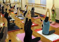 体の使い方を学ぶ「マタニティ・ヨーガ」。 40歳代の妊婦は珍しくない(東京・恵比寿で)