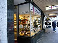 足のスペシャリストを備える街の靴屋
