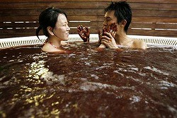 extnews_2007-02-13T101533Z_01_NOOTR_RTRIDSP_2_OUKOE-UK-VALENTINE-JAPAN-BATH.jpg
