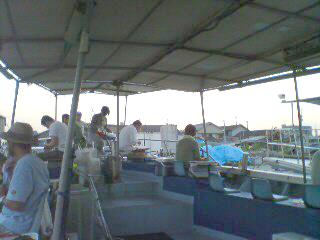 屋根のある船