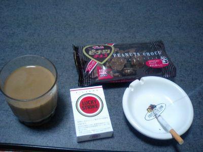 いつものラッキーとアイスコーヒー&でん六のピーナッツチョコ。