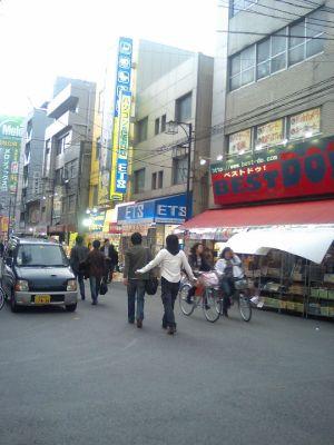 写真では映ってませんが安い店が多い。