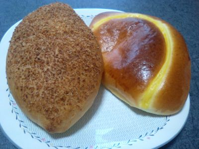 左、カレーパン。右クリームパン