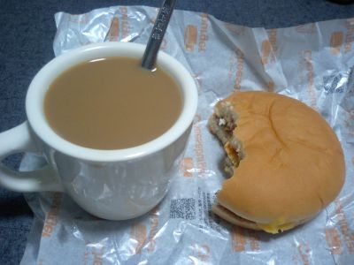 ミルクたっぷりのコーヒーとマクドのチーズバーガー