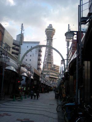 今日も大阪の町を見下ろしています。