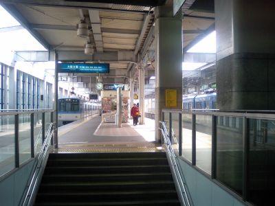 人もまばらな阪神電車西宮駅