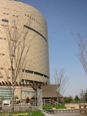大阪歴史博物館、左隣がNHK