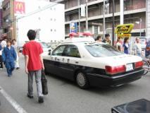 タイムズ前を通るパトカー