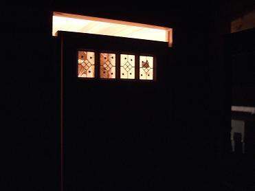 夜の玄関ドアはこんな感じ
