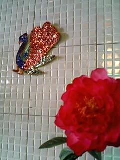 大きなシャクヤクの造花とインドで購入した孔雀の飾り