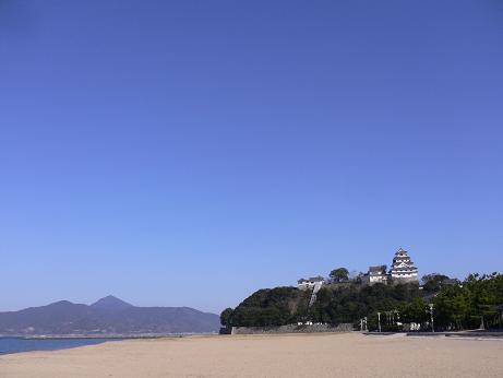 水野旅館裏から唐津城を望む
