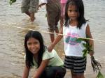 植樹を手伝う子供たち