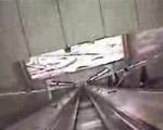 長いエスカレーターをスキーボードで滑り降りる!