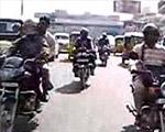 インドの道路横断は命懸け
