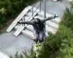 強力竹馬「パワーライザー」で自由に跳ね回るストリートホッパー