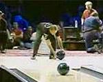 【凄技】ボウリングレーンに残った1ピンを先に転がしたスローボールで仕留める