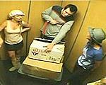可愛い三人娘がエレベーターで放屁ドッキリ