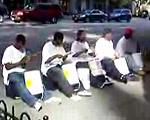 黒人路上パフォーマーのペンキケースドラム五重奏
