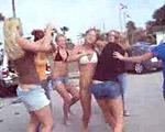 ビキニで路上で大喧嘩する女子大生軍団