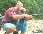 2歳児に拳銃の撃ち方を教える父親