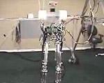 人間と同じサイズの足でバランスをとり2足歩行するロボット