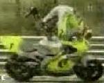 バイク]レースで危機一髪