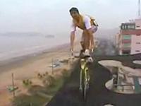 穴の開いたビルの屋上でところで自転車を乗りまわす