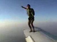 プロペラ機の翼からスカイダイブ