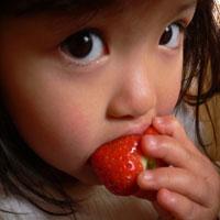 苺を食べる子供