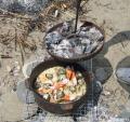 ダッチオーブンは専用器具でフタを取ります