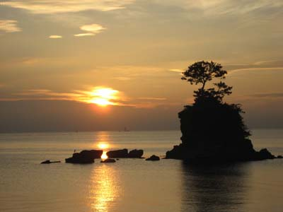夏は地熱が高いのでモヤがかかり山々は映らない。日昇ポイントも左側。海は朝凪