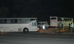 陸上自衛隊日本原演習場に到着した米海兵隊を乗せたバス(山陽新聞)