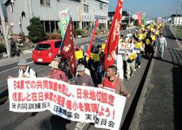日米共同訓練反対を訴えデモ行進する参加者(山陽新聞)