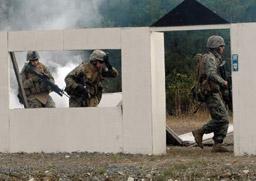 市街地戦を想定した訓練で小銃を手に建物に突入する米海兵隊員(山陽新聞)